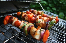 a_chicken_breast_kabobs_with_vegetables_1