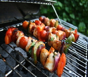 a_chicken_breast_kabobs_with_vegetables_2